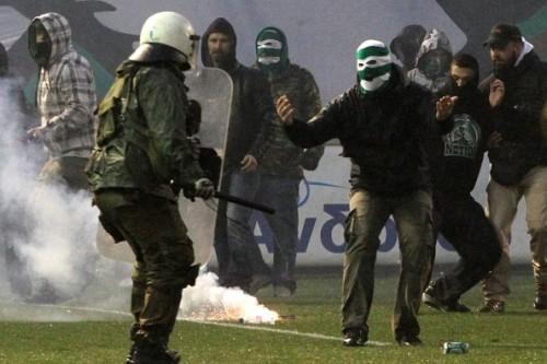 まるで戦場…ギリシャ最大のダービーが暴動寸前の展開に