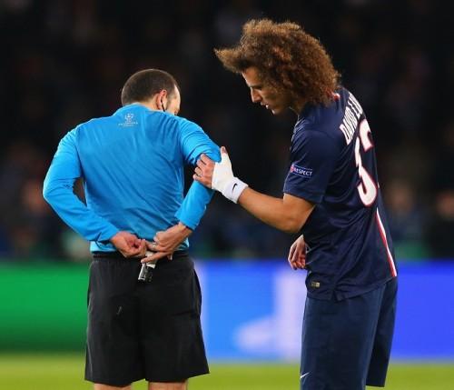 """PSGのD・ルイス、FKで""""新技""""披露? 主審の引いた白線を手で…"""