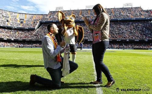 バレンシア戦のハーフタイムに公開プロポーズ…スタジアムは「キス!」の大合唱
