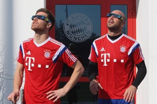 CLベスト8組み合わせ抽選日、バイエルンの選手たちは日食を楽しむ