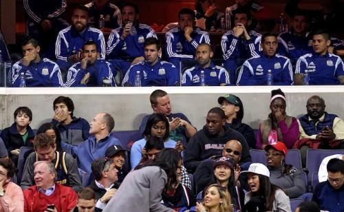 スクリーンに映し出されて喜ぶメッシ…アルゼンチン代表がNBA観戦