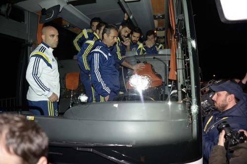 フェネルバフチェのチームバスが銃撃される…走行中に運転手が被弾
