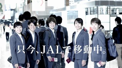 """JALの新CMになでしこが登場…空港で華麗な""""見えない""""パス回し披露"""