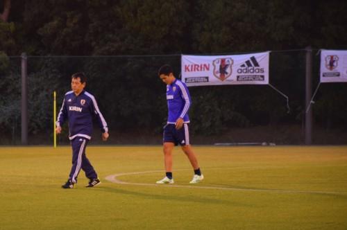 武藤、右足痛めて練習を途中離脱…大事には至らずか