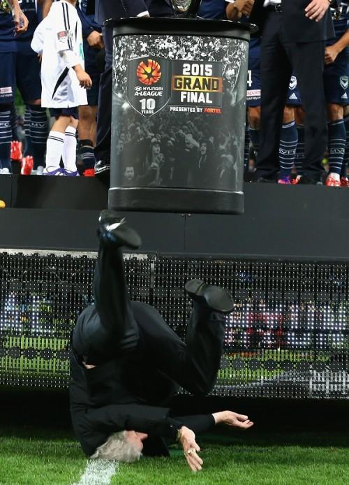 表彰式であわや…84歳の豪サッカー協会長がステージ下に垂直落下