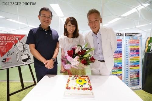 Jリーグ女子マネの佐藤美希、22歳の誕生日をチェアマンとじゅんいちダビッドソンがサプライズ祝福