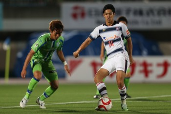 HIRATSUKA, JAPAN - JUNE 03:  (EDITORIAL USE ONLY) Yoshinori Muto of FC Tokyo and Yuto Misao of Shonan Bellmare compete for the ball during the J.League Yamazaki Nabisco Cup match between Shonan Bellmare and FC Tokyo at Shonan BMW Stadium Hiratsuka on June 3, 2015 in Hiratsuka, Kanagawa, Japan.  (Photo by Kaz Photography/Getty Images)