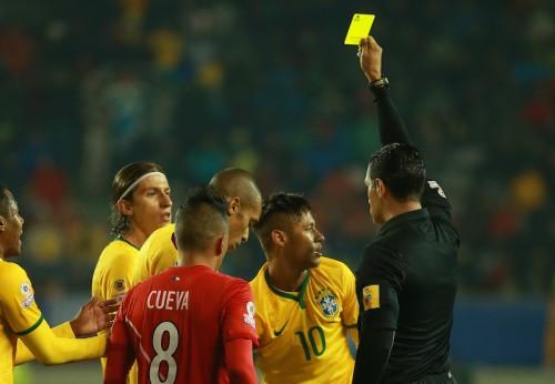 ネイマールが珍事でイエロー受ける…試合前後にはファンに神対応