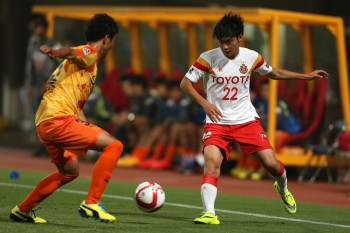 SHIZUOKA, JAPAN - MAY 20:  (EDITORIAL USE ONLY) Tomoya Koyamatsu (R) of Nagoya Grampus in action during the J.League Yamazaki Nabisco Cup match between Shimizu S-Pulse and Nagoya Grampus at IAI Stadium Nihondaira on May 20, 2015 in Shizuoka, Japan.  (Photo by Kaz Photography/Getty Images)