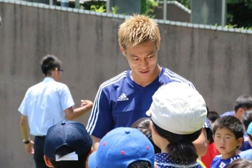 日本代表、集まった子どもたちに即席サイン会…監督もファンサービス