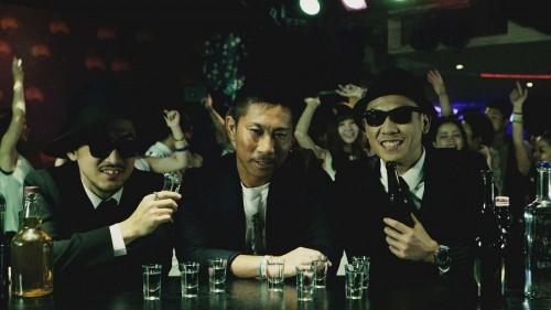 断酒中の前園に誘惑? クラブ舞台のC&K新曲MVに登場「飲み過ぎには気を付けて」
