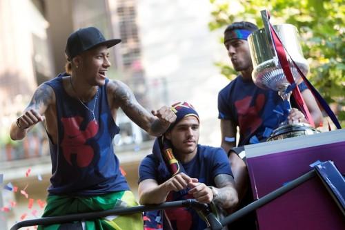 ネイマール、祝勝パレード中に食べたい衝動…ファンをマックに走らせる