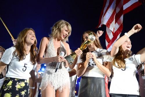 女子米代表がテイラー・スウィフトのライブに登場…W杯掲げる場面も