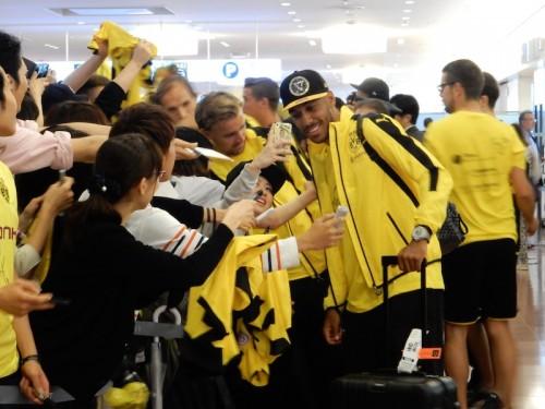 川崎戦に向けドルトムントが来日…空港には約300人のファンが集結
