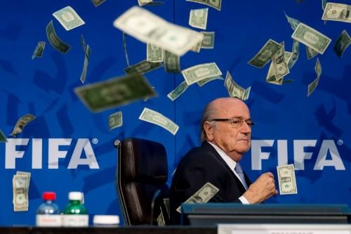 FIFA会見に突然の乱入者…ブラッター会長に大量の偽造紙幣投げつける