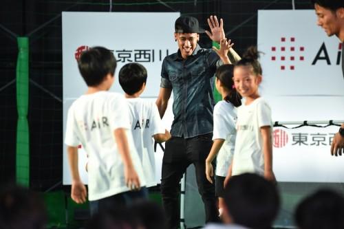 来日中のネイマールが子どもたちとサッカー交流「夢を追いかけよう!」
