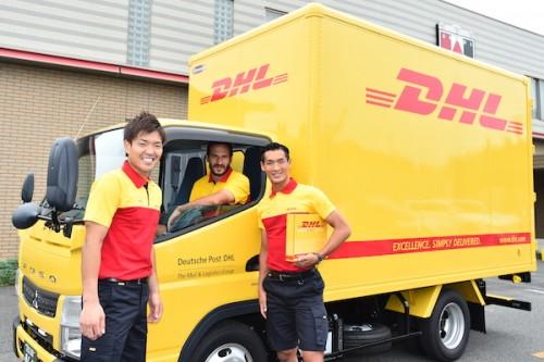 槙野智章「愛と希望と笑顔を届けに来ました」…浦和の3選手がDHLの配送スタッフに扮して賞品をお届け