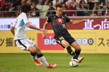 KOBE, JAPAN - AUGUST 16:  (EDITORIAL USE ONLY) Kazuma Watanabe of Vissel Kobe passes the ball under the pressure from Shogo Taniguchi of Kawasaki Frontale during the J.League match between Vissel Kobe and Kawasaki Frontale at NEOEVIR Stadium Kobe on August 16, 2015 in Kobe, Japan.  (Photo by Kaz Photography/Getty Images)