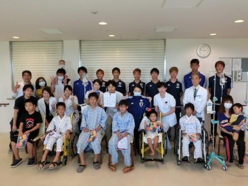 合宿中のU22代表が病院慰問…遠藤「勇気や感動を与えるプレーをしたい」