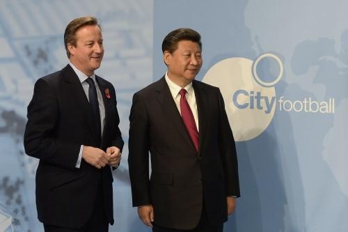 """中国の習近平国家主席がマンCを訪問…アグエロと""""セルフィー""""も"""