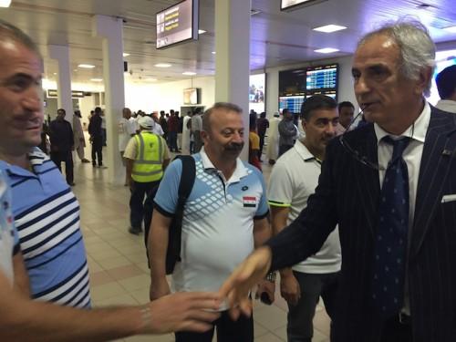 日本代表がオマーンに到着…シリア代表スタッフの出迎えを受ける