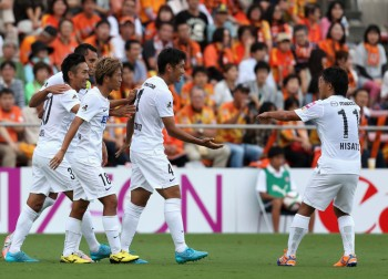 SHIZUOKA, JAPAN - SEPTEMBER 26:  (EDITORIAL USE ONLY) Hiroki Mizumoto (2nd R) of Sanfrecce Hiroshima celebrates scoring his team's second goal with his team mates during the J.League match between Shimizu S-Pulse and Sanfrecce Hiroshima at IAI Stadium Nihondaira on September 26, 2015 in Shizuoka, Japan.  (Photo by Kaz Photography/Getty Images)