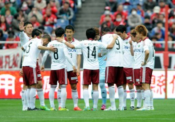 SAITAMA, JAPAN - APRIL 04:  (EDITORIAL USE ONLY) Matsumoto Yamaga players form a huddle during the J.League match between Urawa Red Diamonds and Matsumoto Yamaga at Saitama Stadium on April 4, 2015 in Saitama, Japan.  (Photo by Hiroki Watanabe/Getty Images)