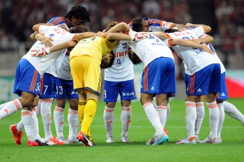 SAITAMA, JAPAN - JUNE 27:  (EDITORIAL USE ONLY) Albirex Niigata players form a huddle during the J.League match between Urawa Red Diamonds and Albirex Niigata at Saitama Stadium on June 27, 2015 in Saitama, Japan.  (Photo by Hiroki Watanabe/Getty Images)