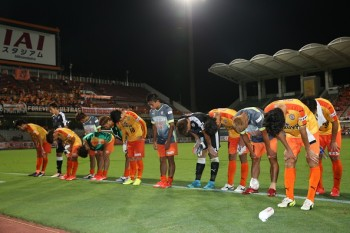 SHIZUOKA, JAPAN - SEPTEMBER 09:  The players of Shimizu S-Pulse apologize for their loss to the supporters during the 2015 Emperor Cup second round match between Shimizu S-Pulse and Fujieda MYFC at IAI Stadium Nihondaira on September 9, 2015 in Shizuoka, Japan.  (Photo by Kaz Photography/Getty Images)