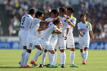 KOFU, JAPAN - OCTOBER 24:  (EDITORIAL USE ONLY) Kohei Shimizu (3rd L) of Sanfrecce Hiroshima celebrates scoring his team's second goal with his team mates during the J.League match between Ventforet Kofu and Sanfrecce Hiroshima at Yamanashi Chuo Bank Stadium on October 24, 2015 in Kofu, Yamanashi, Japan.  (Photo by Kaz Photography/Getty Images)