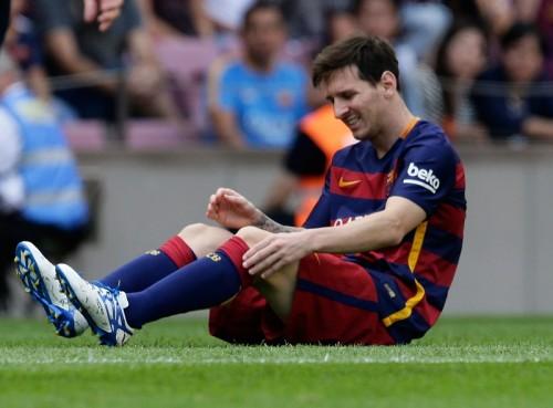 """バルサに危機、メッシが""""クラシコ""""を欠場か…左ひざの回復に遅れ"""