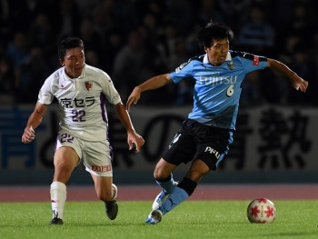 KAWASAKI, JAPAN - OCTOBER 14:  (EDITORIAL USE ONLY) Masaki Yamamoto of Kawasaki Frontale and Go Iwase of Kyoto Sanga compete for the ball during Emperor's Cup third round match between Kawasaki Frontale and Kyoto Sanga on October 14, 2015 in Kawasaki, Kanagawa, Japan.  (Photo by Etsuo Hara/Getty Images)