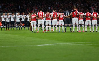 LONDON, ENGLAND - NOVEMBER 08:  The Arsenal and Tottenham Hotspur teams line up for a minutes silence for remembrance day before the Barclays Premier League match between Arsenal and Tottenham Hotspur at Emirates Stadium on November 8, 2015 in London, England.  (Photo by Catherine Ivill - AMA/Getty Images)