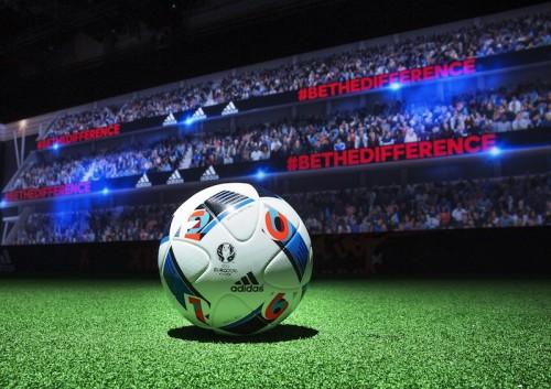 ユーロ2016の公式球がお披露目…開催地・仏のトリコロールカラー採用