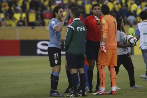 南米予選でピッチにドローンが落下…GKが回収も試合は一時中断