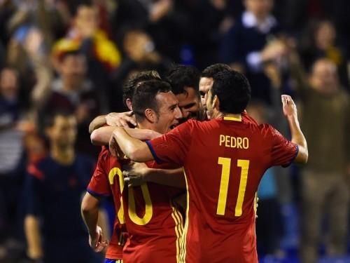 スペインがユーロ予選全勝のイングランドに勝利…芸術的ボレー決まる