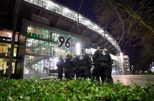 ドイツ対オランダの親善試合が中止に…不審なスーツケースを発見か