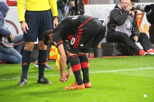 試合中に食べ物を投げつけられたチャルハノール、紳士的対応で冷静に対処