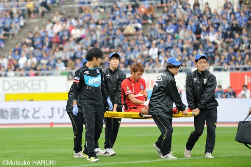 日本代表GK東口が右ひざ負傷…自力で歩けず担架で運び出される