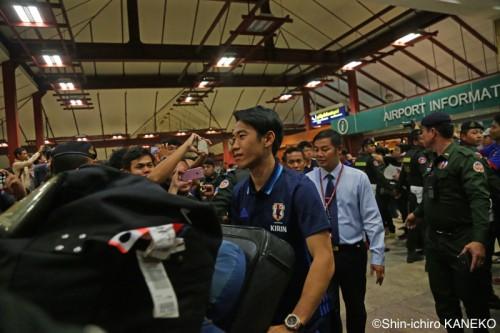 日本代表がカンボジアへ移動…現地空港では香川と本田に大歓声が上がる