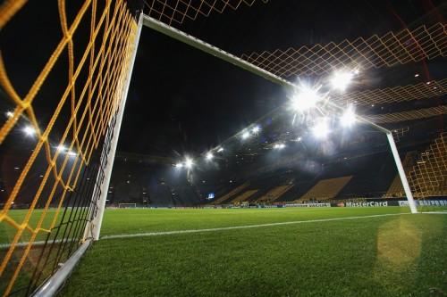 ドルトムント本拠地でファンが逮捕…夜中に侵入して全裸でサッカー
