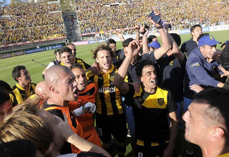MONTEVIDEO, URUGUAY - DECEMBER 06: Diego Forlan of Peñarol celebrates with his teammates after winning a final match between Penarol and Juventud as part of Torneo Apertura 2015 at Centenario Stadium on December 06, 2015 in Montevideo, Uruguay. (Photo by Sandro Pereyra/LatinContent/Getty Images)