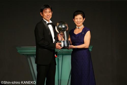 最優秀監督賞の広島・森保監督「仕事バカな私を支えてくれた家族に感謝」