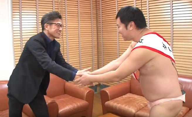 とにかく明るい安村とキング カズが共演 カズがゴールを決めたときの全裸ポーズ を披露 サッカーキング
