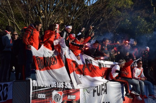 「リーベルとは情熱」…数千人のサポーターが決起集会、発煙筒が焚かれる場面も