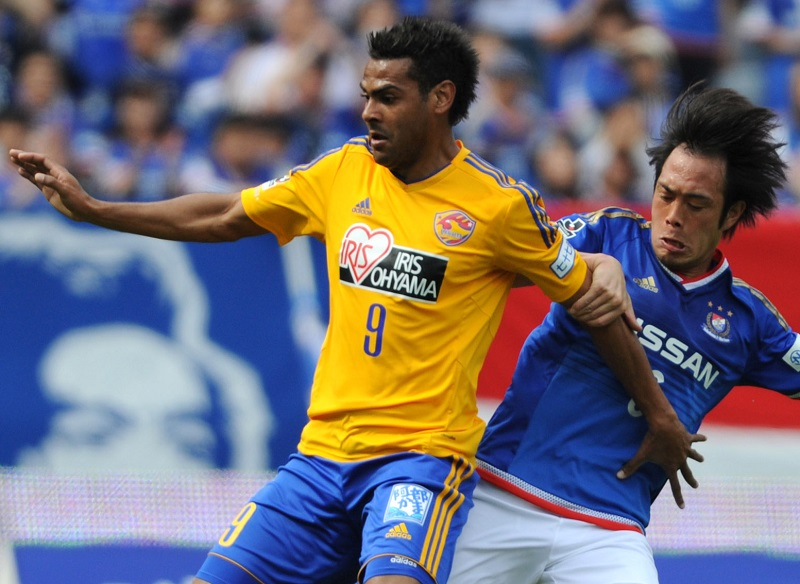 YOKOHAMA, JAPAN - APRIL 12:  (EDITORIAL USE ONLY) Wilson #9 of Vegalta Sendai and Yuta Mikado #6 of Yokohama F.Marinos compete for the ball during the J.League match between Yokohama F.Marinos and Vegalta Sendai at Nissan Stadium on April 12, 2015 in Yokohama, Kanagawa, Japan.  (Photo by Masashi Hara/Getty Images)