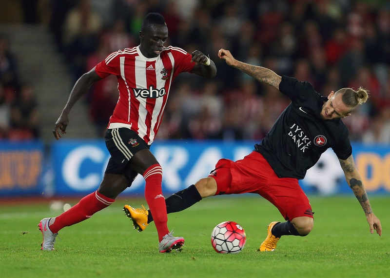 SOUTHAMPTON, ENGLAND - AUGUST 20:  Sadio Mane of Southampton and Kian Hansen of FC Midtjylland during the UEFA Europa League Play Off Round 1st Leg match between Southampton and FC Midtjylland at St Mary's Stadium on August 20, 2015 in Southampton, England.  (Photo by Catherine Ivill - AMA/Getty Images)