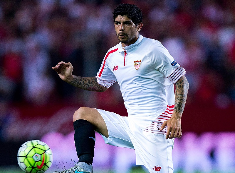 SEVILLE, SPAIN - AUGUST 30: Ever Banega of Sevilla FC strikes the ball during the La Liga match between Sevilla FC and Club Atletico de Madrid at Estadio Ramon Sanchez Pizjuan on August 30, 2015 in Seville, Spain.  (Photo by Gonzalo Arroyo Moreno/Getty Images)