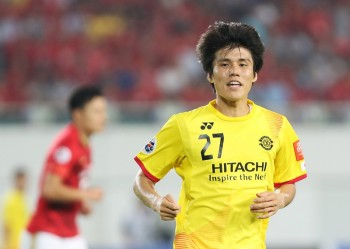 GUANGZHOU, CHINA - SEPTEMBER 15: Kim Changsoo of Kashiwa Reysol looks on during the Asian Champions League Quarter Final match between Guangzhou Evergrande and Kashiwa Reysol at Tianhe Stadium on September 15, 2015 in Guangzhou, China.  (Photo by Zhong Zhi/Getty Images)