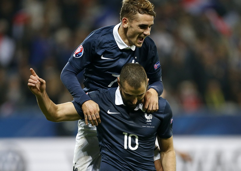 NICE, FRANCE - OCTOBER 8: Karim Benzema of France celebrates with teammate Antoine Griezmann scoring the fourth goal for his team during the international friendly match between France and Armenia at Allianz Riviera stadium on October 8, 2015 in Nice, France. (Photo by Jean Catuffe/Getty Images)